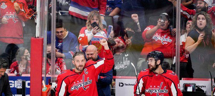 Pátý nejlepší střelec historie NHL Alex Ovečkin děkuje domácím fanouškům ve Washingtonu