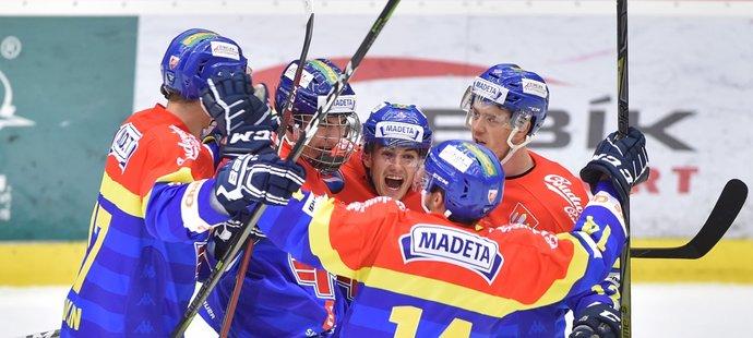 Hokejisté Českých Budějovic slaví branku do sítě Kladna