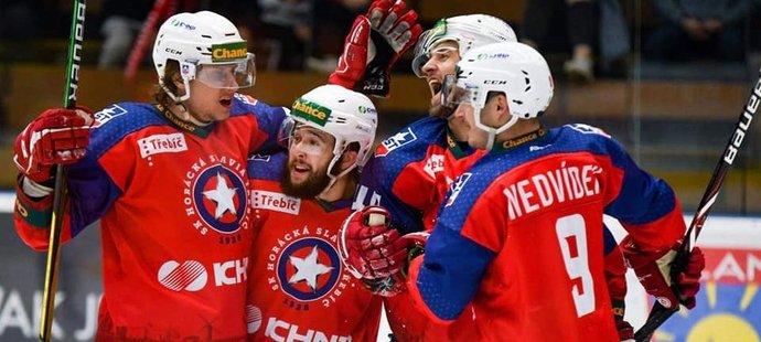 Hokejisté Třebíče se radují z gólu do sítě Vsetína