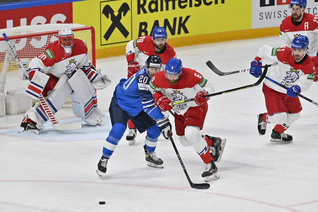 David Musil se tlačí za kotoučem přes Nika Ojamäkiho