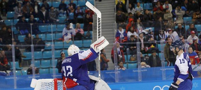 Branislav Konrád ve slovenské brance se raduje po triumfu s Rusy na úvod olympijských her
