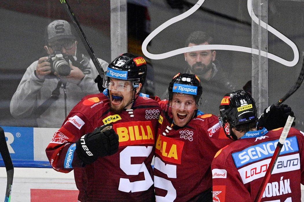 Erik Thorell (vlevo), David Němeček (uprostřed) a Roman Horák (vpravo) se radují z branky Sparty proti Litvínovu