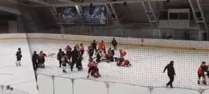Stěží čtrnáctiletí hokejisté dvou bělehradských rivalů rozjeli mezi sebou hromadnou rvačku