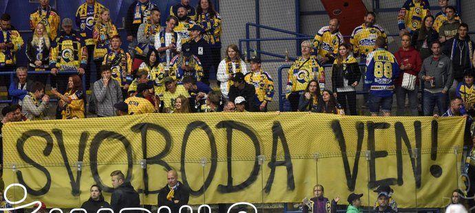 Transparent fanoušků vyzývající k odchodu Roberta Svobodu