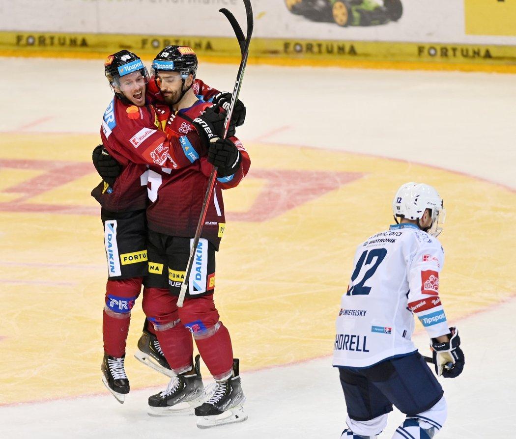 Erik Thorell (vlevo) slaví gól Michala Moravčíka, vedle odjíždí jeho bratr Gustaf