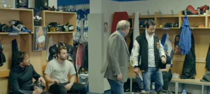 Hlavní postava hokejového seriálu Lajna hlásí nástup. Trenér v podání Jiřího Langmajera