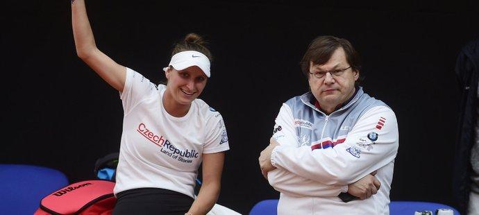 Lékař Vlastimil Voráček na archivním snímku ze 17. dubna 2021 s tenistkou Markétou Vondroušovou