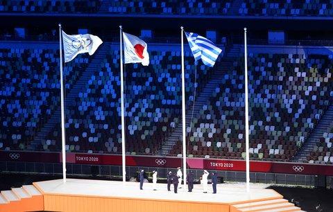Vlajku MOV a Japonska doplnila za zvuku řecké hymny i vlajka