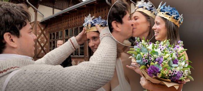 Eva Samková se stala Královnou bílé stopy 2021, korunoval ji její přítel, herec Marek Adamczyk
