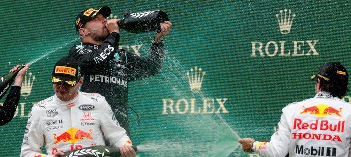 V Turecku vládl Bottas. Hamilton dojel pátý, dostihy o čelo pokračují