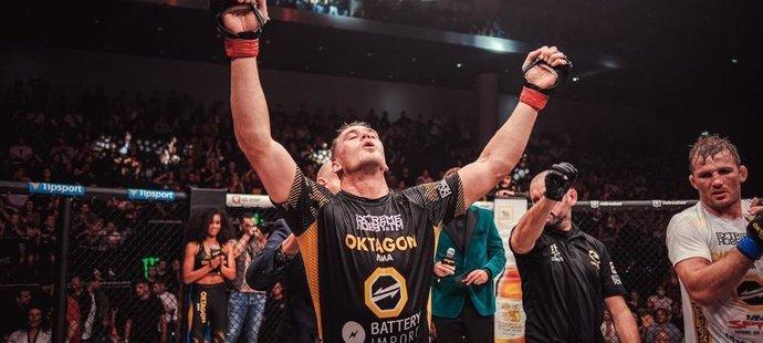 Viktor Pešta se raduje z titulu Oktagonu v polotěžké váze