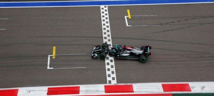 Historický moment: Lewis Hamilton projíždí cílem a slaví 100. vítězství v F1