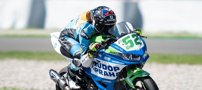 Motocyklový závodník Oliver König tráví čas v paddocku bez mobilního telefonu.
