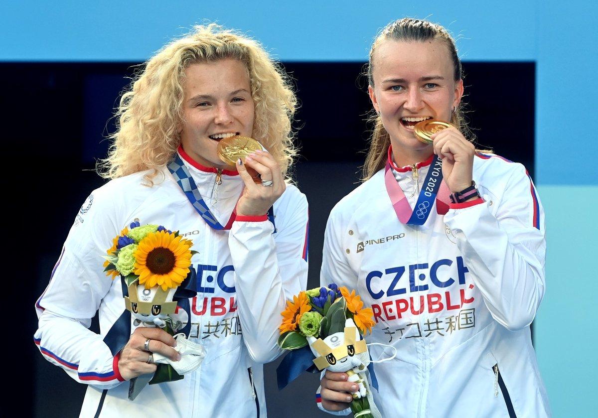 České tenistky Kateřina Siniaková a Barbora Krejčíková krátce poté, co na olympiádě v Tokiu zvítězily ve finále čtyřhry
