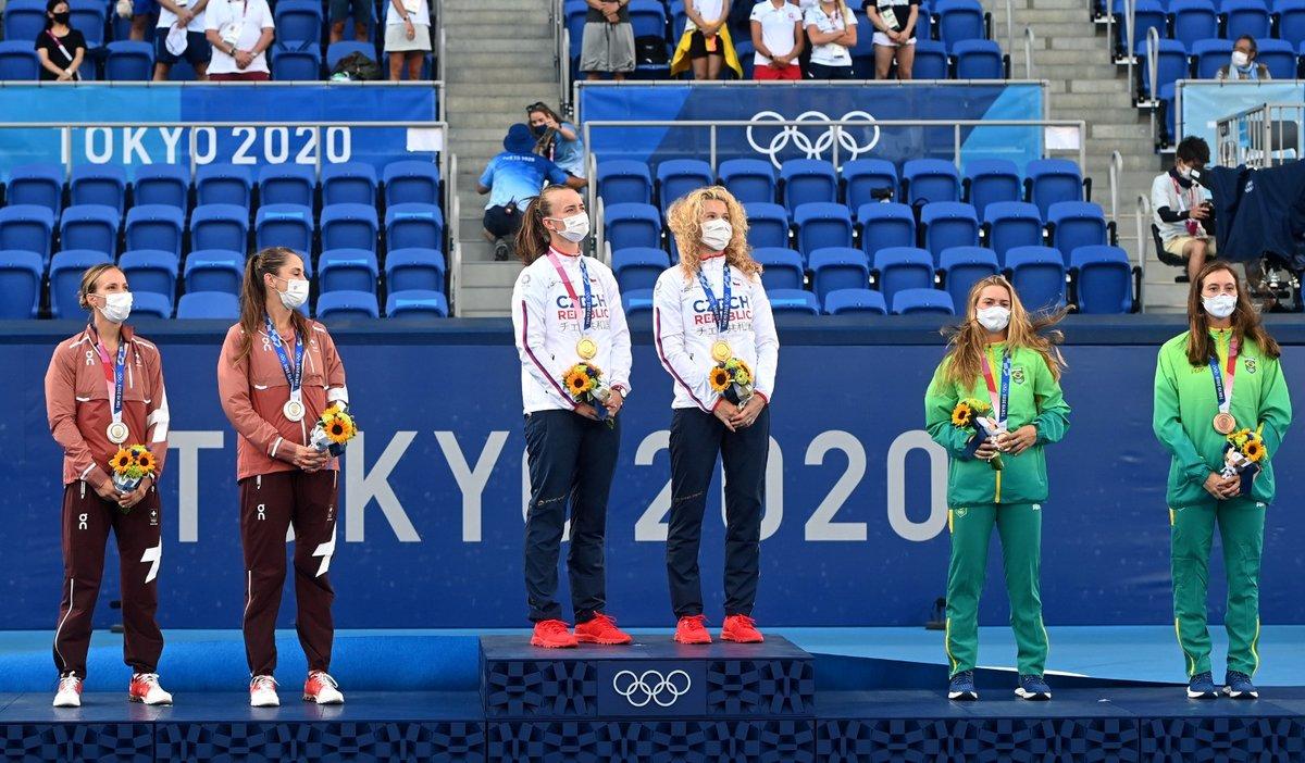 Medailistky olympijského turnaje ve čtyřhře, kterou ovládly Kateřina Siniaková a Barbora Krejčíková