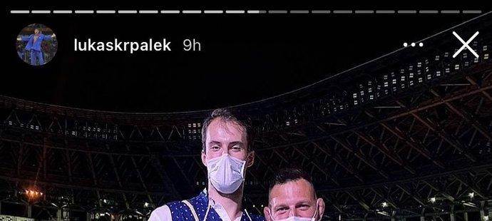 Dvoumetrový Lukáš Krpálek se vyfotil s basketbalistou Ondřejem Balvínem a byl to nerovný souboj...