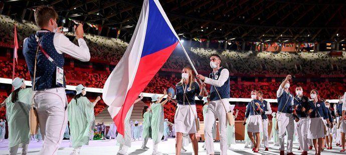 Petra Kvitová s Tomášem Satoranským jako vlajkonoši české výpravy při slavnostním zahájení olympijských her v Tokiu