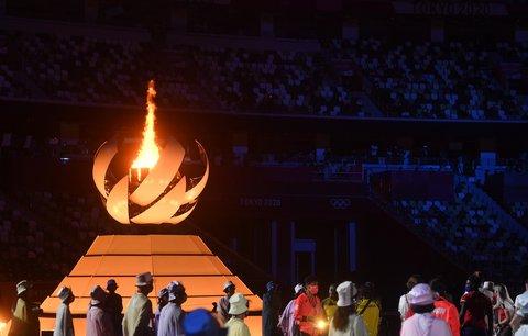 Sportovci na slavnostním zakončení sledují olympijský oheň