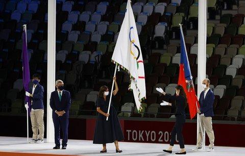 Anne Hidalgová, starostka Paříže, mává olympijskou vlajkou, kterou převzala při závěrečném ceremoniálu v Tokiu