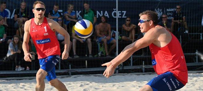 David Schweiner a Ondřej Perušič (vlevo) ve čtvrtfinále Prague Beach Open proti Nizozemcům
