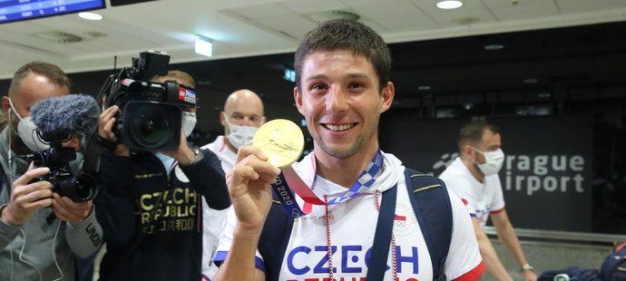 Zlatý hrdina po příletu do Prahy