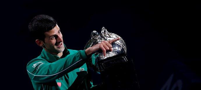 Šťastný srbský tenista Novak Djokovič po výhře na Australian Open
