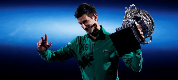 Srbský tenista Novak Djokovič krátce poté, co převzal pohár pro vítěze Australian Open
