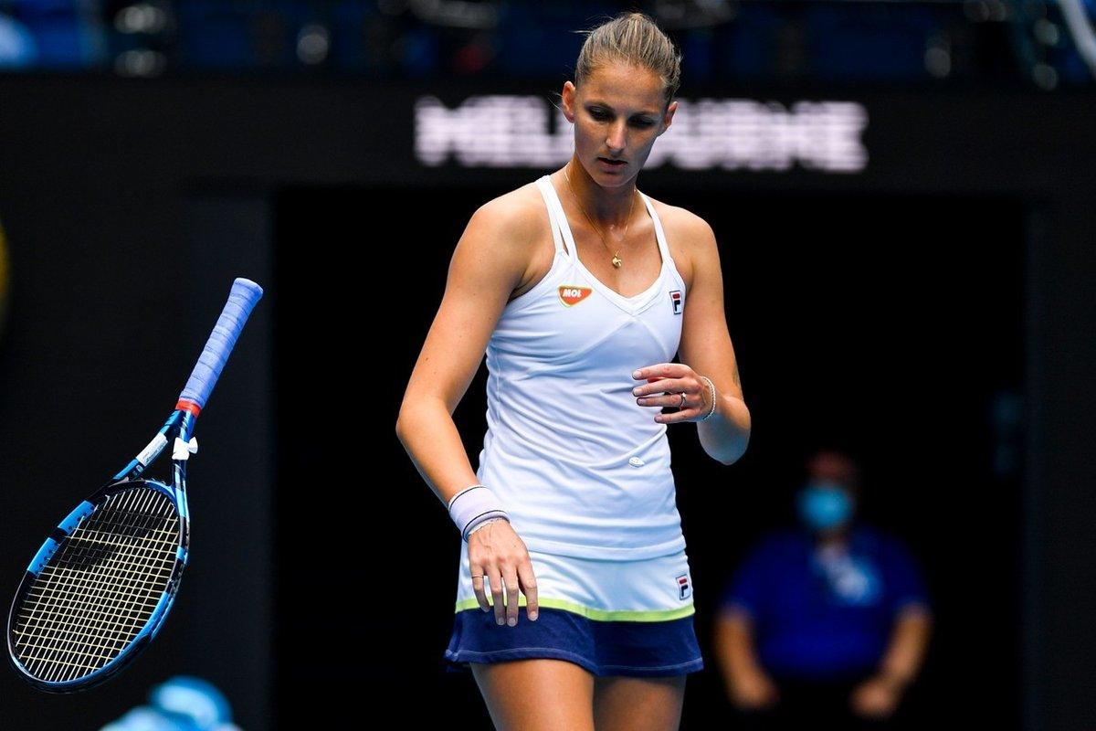 Karolína Plíšková zahazuje naštvaně raketu v zápase třetího kola Australian Open proti krajance Karolíně Muchové
