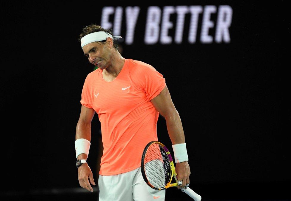 Zklamaný Rafael Nadal během čtvrtfinále Australian Open proti řeckému tenistovi Stefanosu Tsitsipasovi
