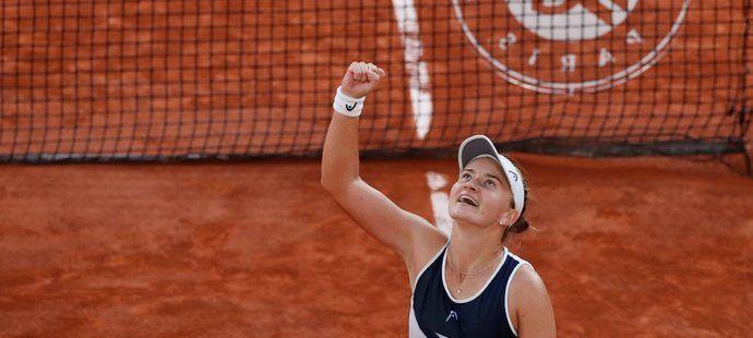 Radost české tenistky Barbory Krejčíkové po postupu do finále French Open