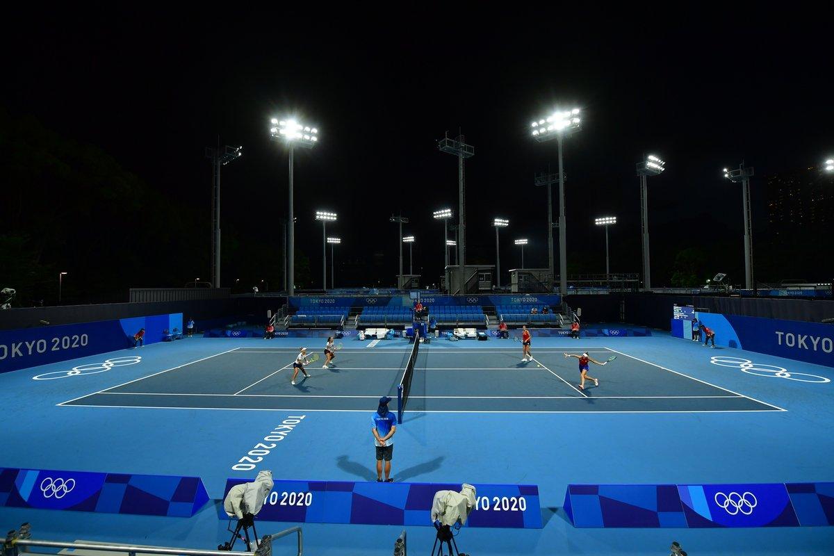 Pohled na celkový kurt v nočním Tokiu při utkání českých tenistek
