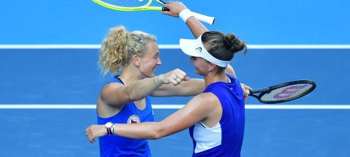 Zlatá radost Kateřiny Siniakové a Barbory Krejčíkové po vítězství ve finále čtyřhry na LOH v Tokiu