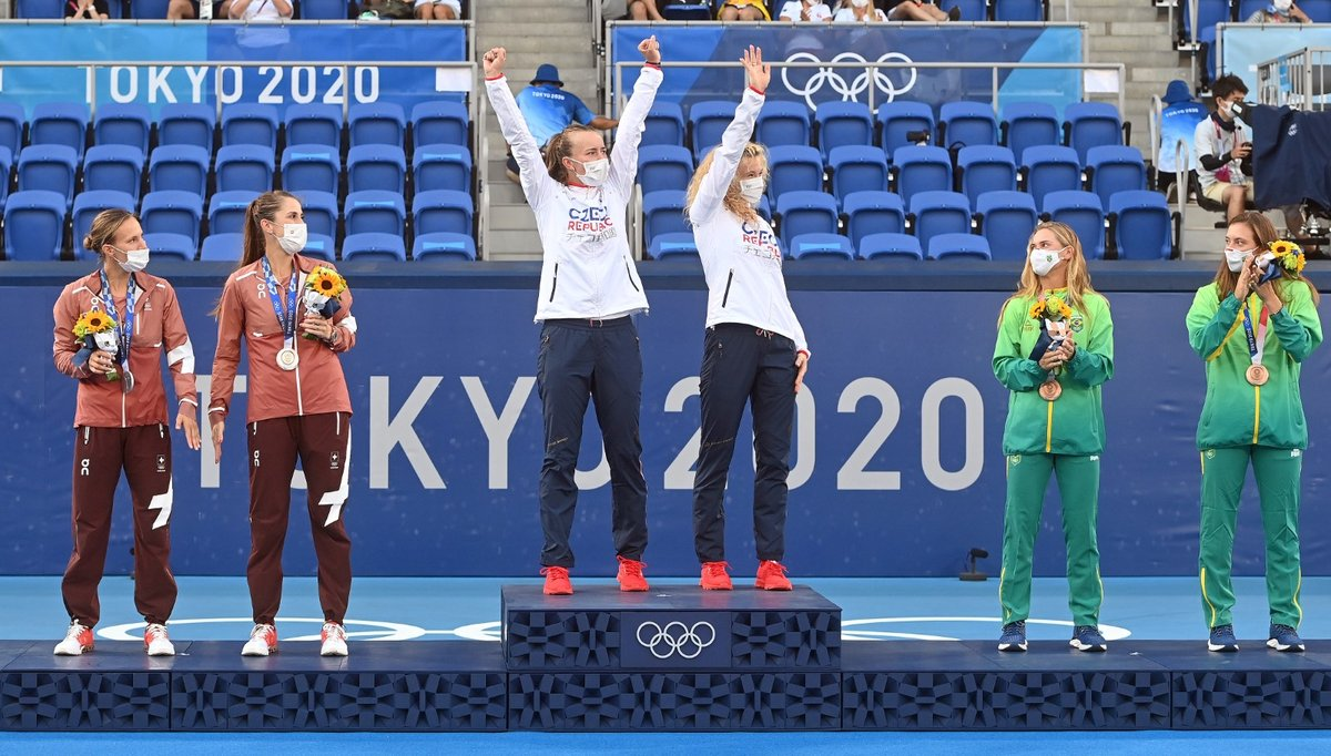 Zlaté české tenistky na stupních vítězů na olympiádě v Tokiu, kde Kateřina Siniaková a Barbora Krejčíková ovládly čtyřhru