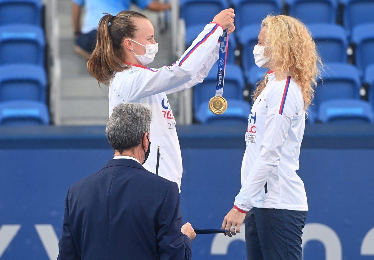 Barbora Krejčíková a Kateřina Siniaková si pověsily na krk zlaté medaile za vítězství ve čtyřhře na olympiádě v Tokiu