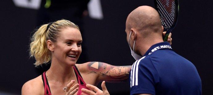 Česká tenistka Tereza Martincová se raduje se svým kondičním trenérem po postupu na turnaji v Ostravě