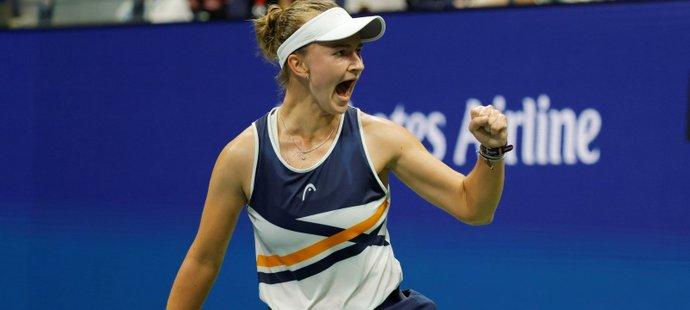 Česká tenistka Barbora Krejčíková v zápase s Garbině Muguruzaovou, ve kterém vybojovala postup do čtvrtfinále US Open