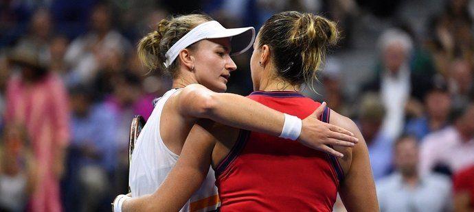 Podání ruky po zápase mezi Barborou Krejčíkovou a Arynou Sabalenkovou proběhlo ve velmi přátelském duchu na rozdíl od utkání s Garbině Muguruzaovou