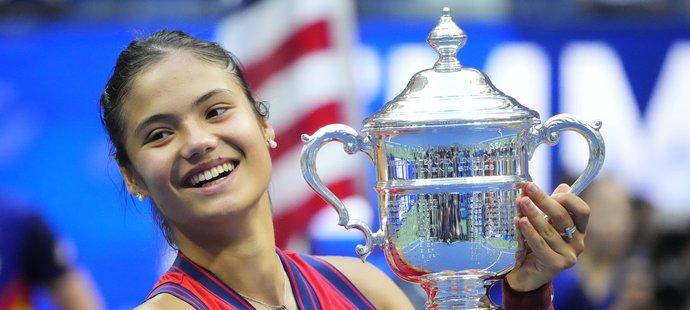 Emma Raducanuová s trofejí pro vítězku US Open