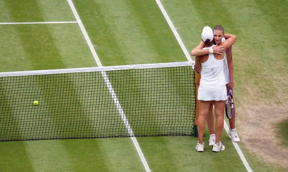 Obě soupeřky se po zápase objaly