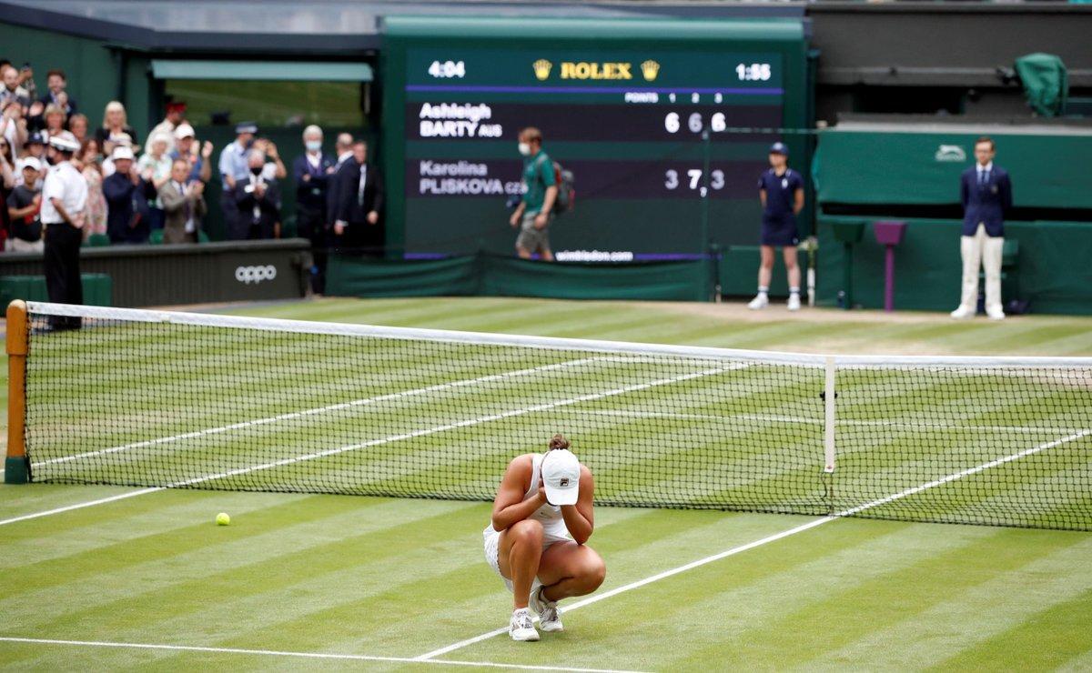 Šťastná vítězka Wimbledonu 2021 Ashleigh Bartyová