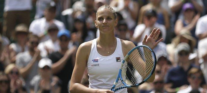 Karolína Plíšková zdraví fanoušky po postupu do třetího kola Wimbledonu