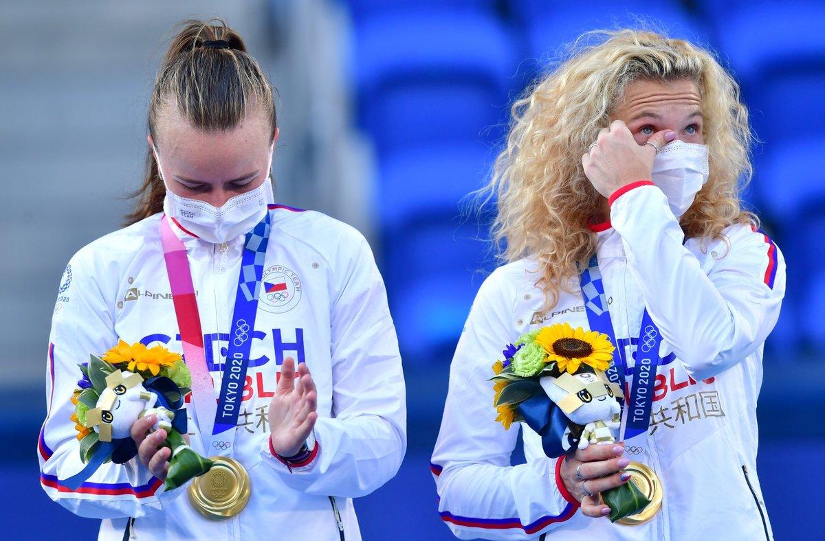 Dojaté české tenistky na stupních vítězů poté, co Kateřina Siniaková a Barbora Krejčíková ovládly tenisovou čtyřhru