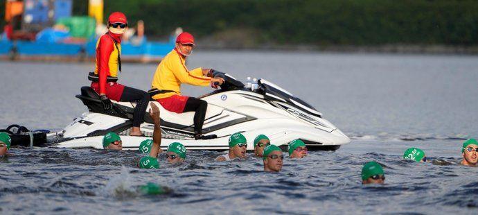 Pořadatelé na vodních skútrech a lodích museli závodníky poslat zpět na start