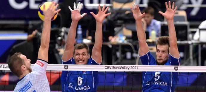Michal Finger a Adam Zajíček se snaží zablokovat Tineho Urnauta ze Slovinska