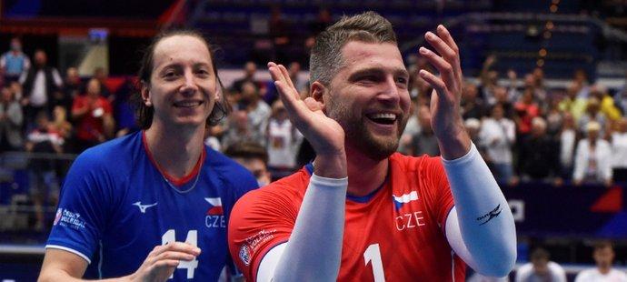 Čeští volejbalisté Adam Bartoš a Milan Moník se radují z vítězství nad Francií v osmifinále mistrovství Evropy v Ostravě