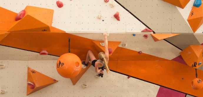 Horolezci radí, jak začít s boulderingem. Stačí vám jen lezecké boty