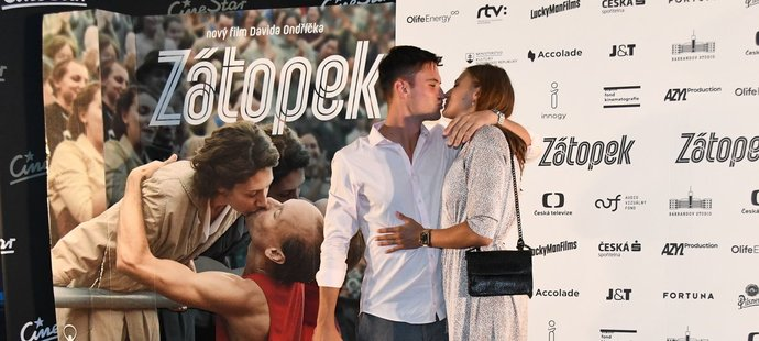 Barbora Seemanová a Matyáš Písačka si na premiéře Zátopka užili romantiku