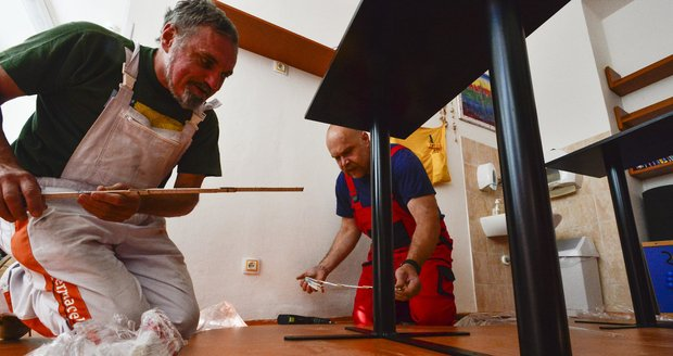 Stůl včera přivezli a sestavili technik z učiliště Vladimír Kovář a údržbář Milan Hanzálek.
