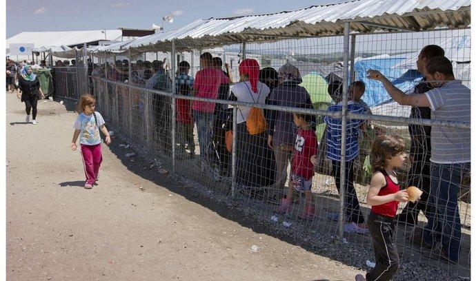 Srovnání situace v uprchlickém táboře Idomeni 26. května a 29. května po jeho vyklizení