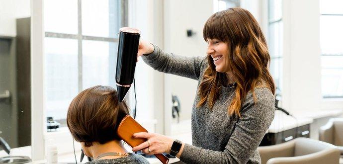 Kaderníčky radia: čo s vlasmi, keď sa nemôžete ísť ostrihať